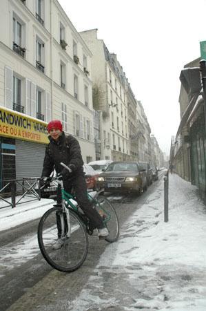 A vélo, rue de Coulmiers