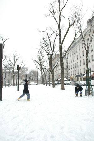 Bagarre de boules de neige place Jacques Demy